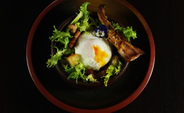 Salade lyonnaise (frisée aux lardons)