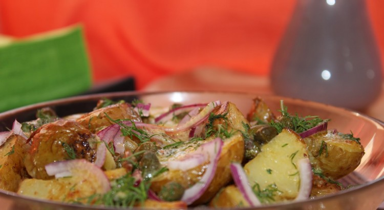 Salata de cartofi noi, cu ceapa rosie, capere si marar