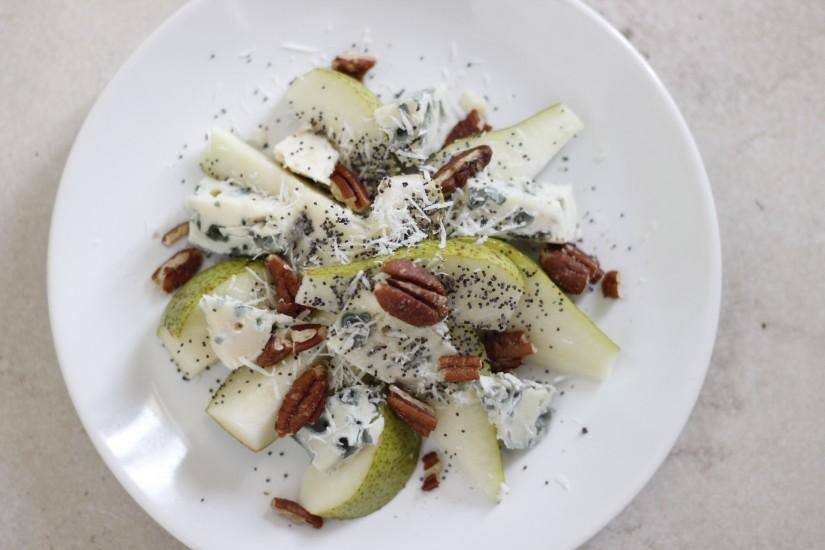 Salată de pere, roquefort, nuci și semințe de mac