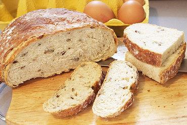 O pâine gustoasă cu multe semințe, unt și trufe negre