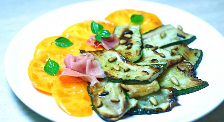 Zucchini cu seminte de pin, prosciutto si rosii