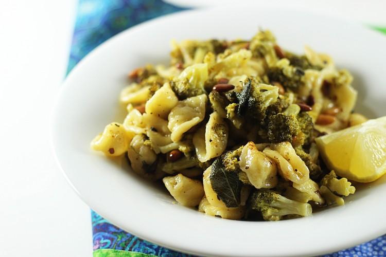 Orecchiette cu broccoli si seminte de pin
