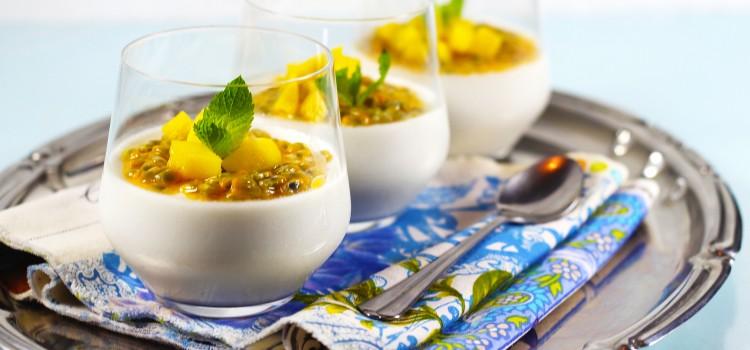 Panna cotta cu lapte de cocos, fructul pasiunii si mango