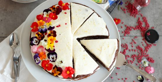 Inspirație de primăvară: carrot cake cu flori comestibile