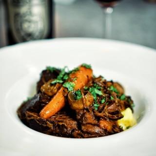 I'm very much into French classics lately. 💫 Cu iarna care s-a instalat peste București, m-am simțit inspirată să încing cuptorul și să revin la marii clasici. Rețeta de boeuf bourguinon a fost una dintre primele rețete încercate la începuturile Bistro Margot, atunci când știam, în fapt, atât de puține despre gastronomie, dar aveam o naivitate soră cu inconștiența și curaj să mă aventurez în abordarea unor preparate deloc simple, dar care mă atrăgeau cu atât mai mult:) Cu toate astea, cumva, întâmplarea a făcut ca în toți anii care s-au scurs de atunci și până astăzi, boeuf bourguinonul să rămână de fiecare dată nepozat. Astfel încât de data asta a fost aproape o chestiune de onoare să remediez aspectul. Noblesse oblige, cum se spune. Rețeta este de-acum și pe site, bistromargot.ro sau link in bio. Enjoy ! 💫  #boeufbourguinon #cooking #cookniche #lovefood #slowcooking #beefbourguinon #cheflife #Frenchfood #frenchclassics #frenchcuisine #alafrancaise #winterfood #onmytable #thefeedfeed #foodandwine #eattheworld #tastingtable  #eatgood #seasonal #eattheseasons #firstweeat #ourfoodstories #eatcaptureshare