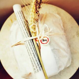"""Poate nu întâmplător  în română """"pâine"""" rimează cu """"mâine"""", pentru că pâinea închide în ea o adevărată dimensiune a timpului, reprezentând ea însăși o călătorie: un drum de la bobul de grâu la produsul final, trecând prin făină, maia, fermentare îndelungată, munca brutarului, căldura cuptorului, muzica pe care o cântă pâinea când e abia scoasă din cuptor. O călătorie pe care îți tot dorești să o faci, din nou și din nou. #bmexperiences #BMjoiedevivre #sourdoudhlove #sourdoughbread #tastephilosophy #wheat #story #painaulevain #breadislove #igbreadclub #instabread #artisanbread #instabread #realbread #naturallyleavened #breadart #petitejoys #naturallight #simplethingsinlife #simplethingsmadebeautiful #simplethingsphilosophy"""