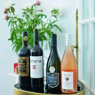 """Weekendul care tocmai s-a încheiat am inaugurat la Repertoire, într-o atmosfera minunată, seria de evenimente dedicate degustărilor de vin, convivialității și legăturii care se formează între oameni atunci când împărtășesc momente pline de sens prin gust. Ne-au fost alături oameni frumoși, iar Roxana Nicolaescu @que_des_bonnes_choses, sommelier & degustător profesionist de vin ne-a ghidat, cu zâmbet, într-o călătorie imaginară în jurul lumii, prin intermediul vinului. Mulțumim partenerului acestui eveniment, @vinmagazin, că ne-a însoțit în această călătorie. 🥂  Următoarea va avea loc curând, pe 10 iunie. Despre cum a fost prima ediție """"Les Nuits de Vin"""", ce am degustat și cum va puteți înscrie la următoarea ediție, aflați în linkul din bio. 🥂 #bmexperiences #lesnuitsdevin   #winetasting #winelover #wineevening #wine  #lesnuitsdevin #winetime #convivialité #bonvivant #joiedevivre #saycheese #petitejoys #tastephilosophy #tasteeducation #tastejourney #sommelier #cheeseplatter #breadislove #sourdoughbread #artisanbread #elegance #petitejoys"""