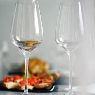 """Încă o degustare din seria """"Nopților de Vin"""" a avut loc la finalul săptămânii trecute la Repertoire, în plină atmosferă de vacanță: am călătorit, prin intermediul gustului, pe tărâmuri italiene, iar oamenii și vinurile și-au zâmbit și și-au spus povești până târziu în noapte.  Cu sprijinul partenerilor noștri de la@smartdrinks.ro, am avut parte de o selecție de vinuri care ne-au transportat pe loc înla bella Italia, completate de o serie de gustări menite să le pună în valoare notele, iar pentru ca experiența să fie completă, prietenii de la@gustoepassione_ro ne-au încântat cu un minunat gelato artizanal – toate acestea în timp ce muzica, aleasă special cât să ne poarte prin locuri îndepărtate, a curs pe fundal, trezind amintiri și povești de împărtășit. Așa că atunci când cineva de la masă a exclamat cu satisfacție """"Mă simt ca în vacanță!"""", am știut că misiunea noastră a fost îndeplinită:)  🍷Următoarea degustare e programată pentru vineri, 13 august. Pentru detalii despre înscriere, link in bio. 🍷  #winetasting #winelover #winetime #winenight #foodandwine #winelovers #tasteeducation #convivialité #bonvivant #saycheese #momentslikethese #moodygrams #repertoire #thehappynow #enjoylife #joiedevivre #petitejoys #foodphotography #foodpics #drinkwine #event #winepeople"""