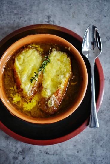 Supă franțuzească de ceapă cu cidru și Calvados